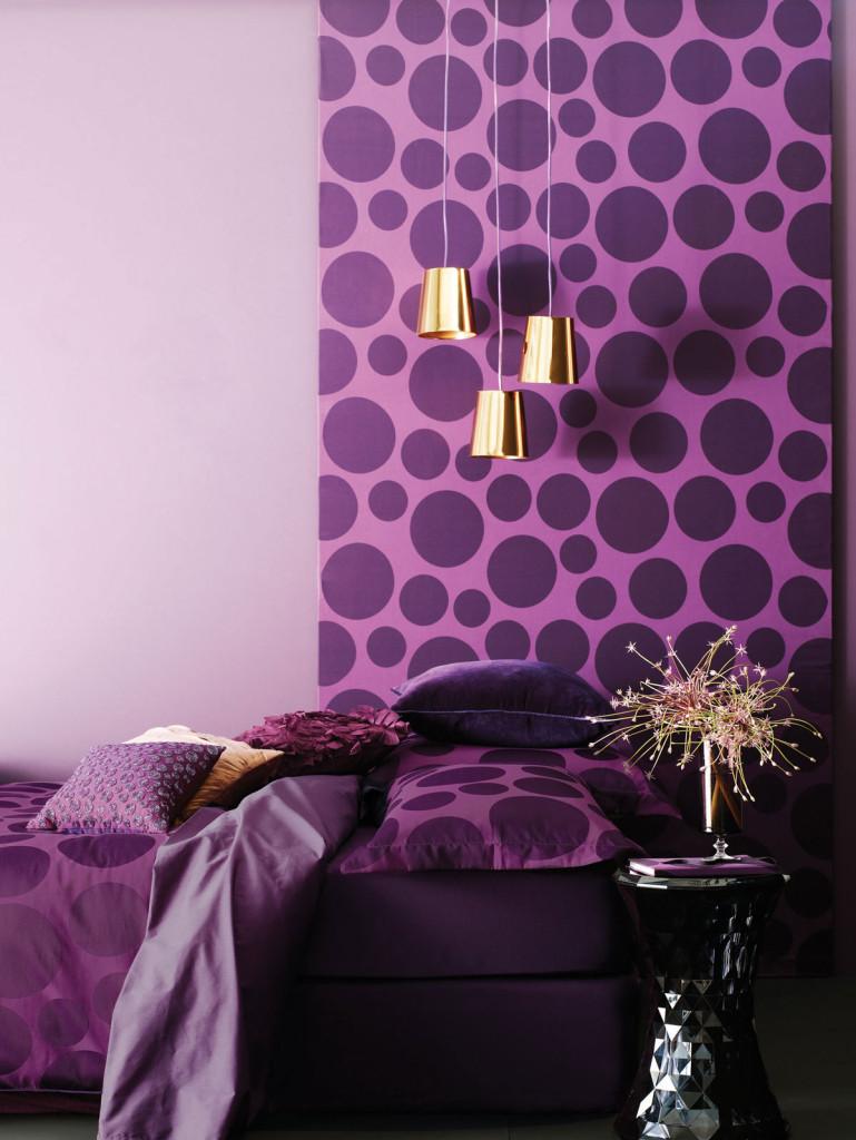 ljubicasta boja na zidovima u enterijeru