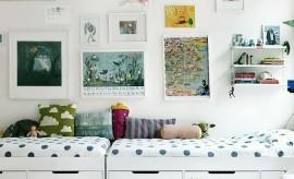Kreveti spojeni kracim stranama u decijoj sobi