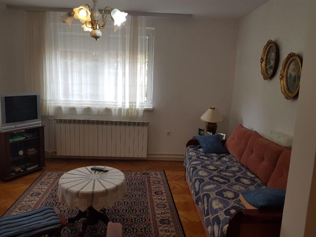 Dnevna soba pre renoviranje kuće
